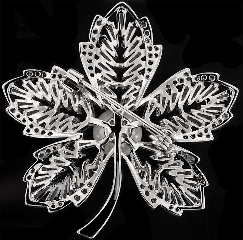 Brosche Blume silberfarben mit einer Perle und vielen weissen Strass Steinen BR044 unten